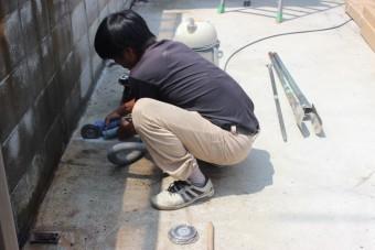 岸和田市土生町の新テラスの柱設置でコンクリートハツリ中