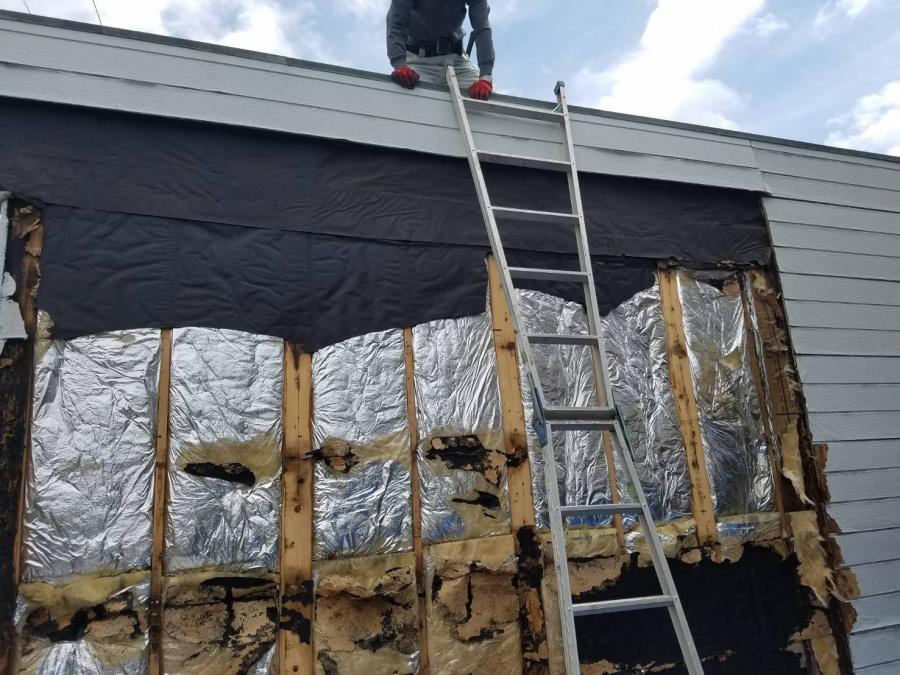 岸和田市上松町の劣化した外壁パネル撤去中