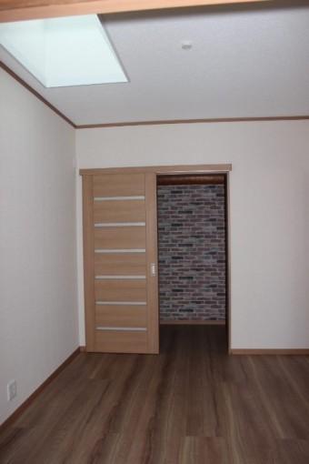 岸和田市西之内町の採光窓を設置した洋室