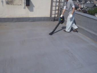 岸和田市の倉庫の陸屋根をケレン・清掃中