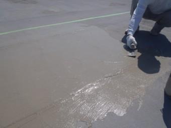 岸和田市の倉庫の陸屋根にカチオンクリートしごき塗り