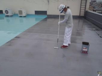 岸和田市の倉庫の屋上にプライマー塗布