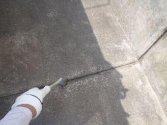 泉佐野市上瓦屋のバルコニーの目地にプライマー塗布