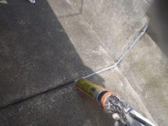 泉佐野市上瓦屋のバルコニーの目地にシーリング充填