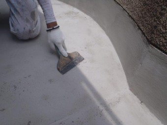 泉佐野市上瓦屋のカチオンクリートの表面を整えています