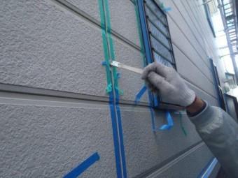岸和田市包近町のサイディング目地にプライマー塗布