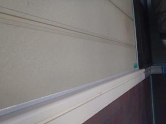 岸和田市包近町のサイディング壁の見切り材のコーキング打ち替え