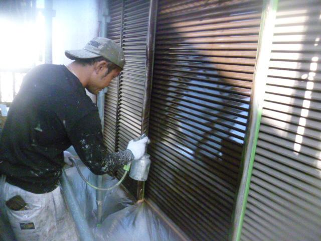 和泉市の雨戸を吹き付け塗装