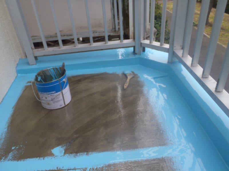 岸和田市天神山町のベランダにウレタン塗膜防水塗布