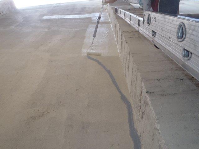 岸和田市の倉庫のクラック補修箇所を下塗り