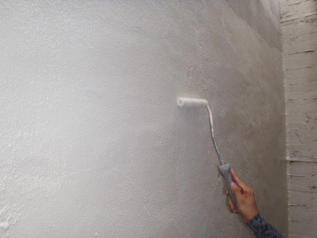 岸和田市の倉庫のクラック補修箇所を上塗り