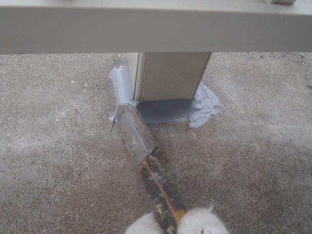 岸和田市池尻町のベランダの手すりの支柱取り付け部にシーリング充填