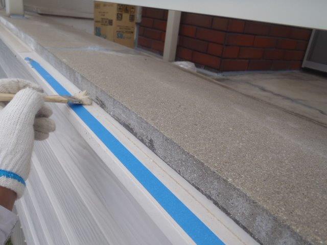 岸和田市池尻町のベランダと外壁の取り合いにプライマー塗布