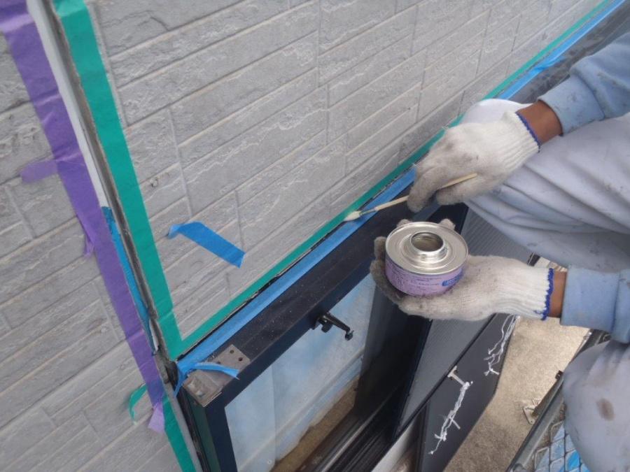 岸和田市西之内町のサッシ回りなどの目地にプライマー塗布