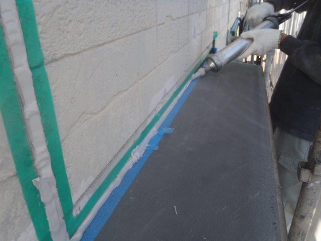 泉佐野市の庇の上にシーリング充填