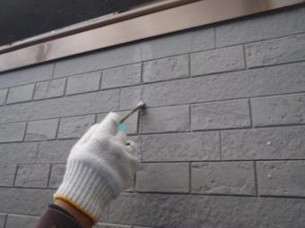 岸和田市尾生町のサイディングのクラックにプライマー塗布