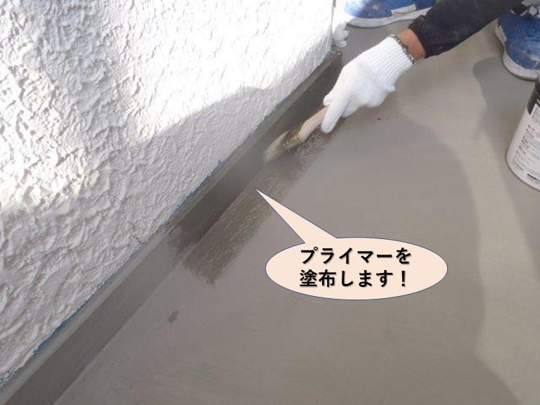 岸和田市のベランダの壁の取り合いにプライマー塗布