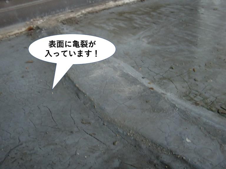 泉大津市のベランダの表面に亀裂が生じています