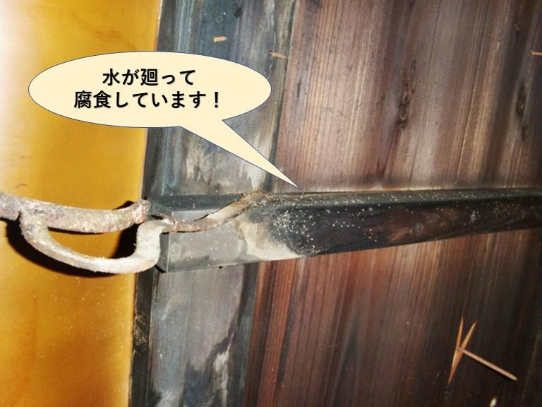 岸和田市の谷樋の下に水が廻って木部が腐食しています