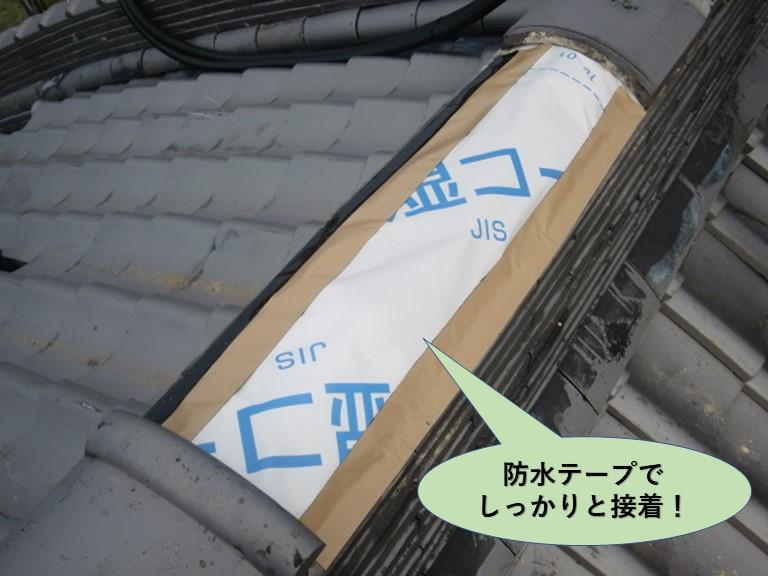 岸和田市の大屋根の棟を防水テープでしっかりと接着