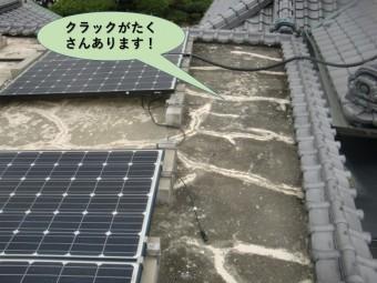 泉大津市の陸屋根にクラックがたくさんあります