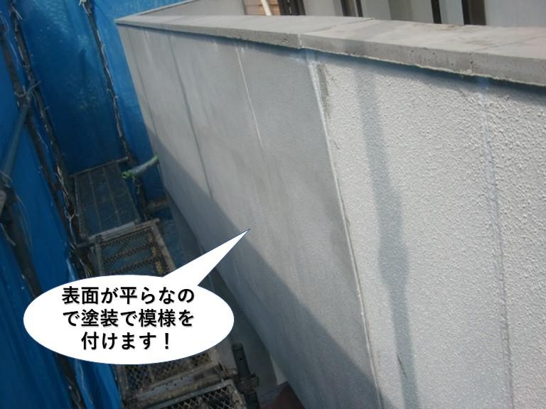 岸和田市の壁の表面が平らなので塗装で模様を付けます