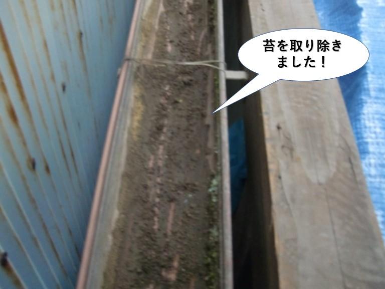 貝塚市のテラスの雨樋の苔を取り除きました