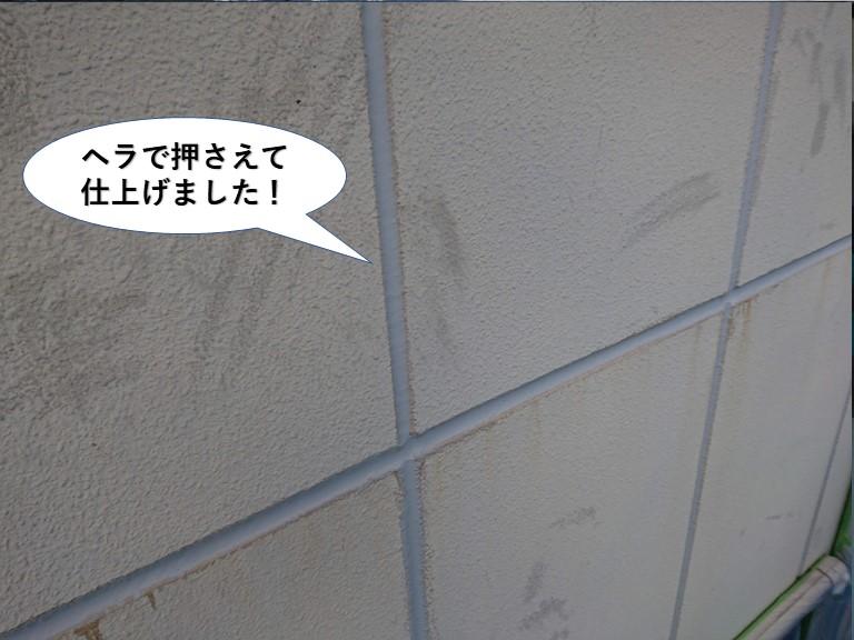 岸和田市の目地のシーリングをヘラで押さえて仕上げました