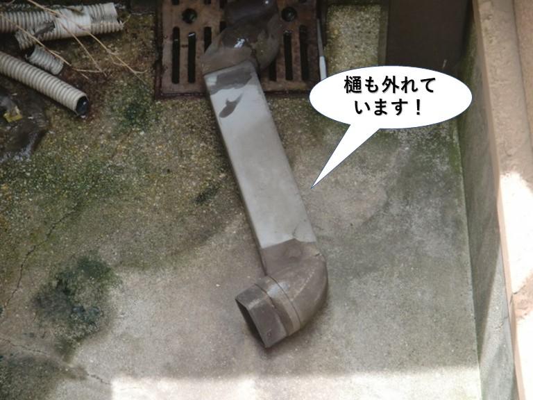 貝塚市のテラスの樋も外れています