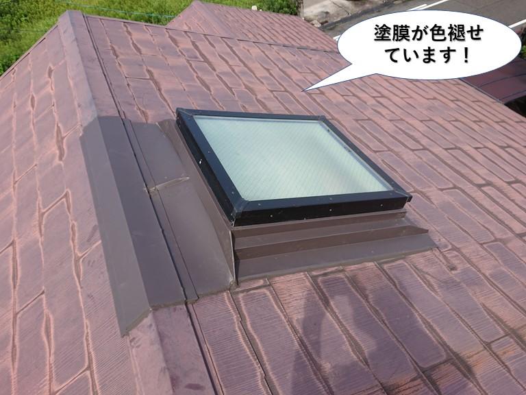 和泉市の屋根の塗膜が色褪せています