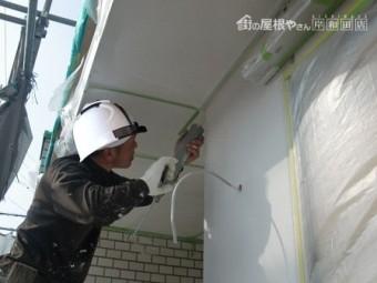 岸和田市上松町の外壁塗装で中塗りの工程です