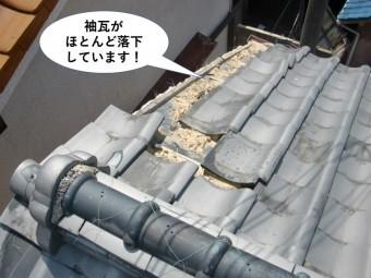 泉佐野市の大屋根の袖瓦がほとんど落下しています