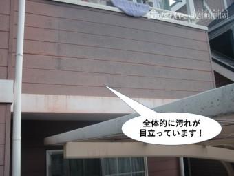 和泉市の外壁が全体的に汚れが目立っています