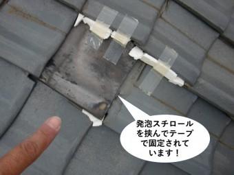 阪南市の屋根に発砲スチロールを挟んで瓦を固定
