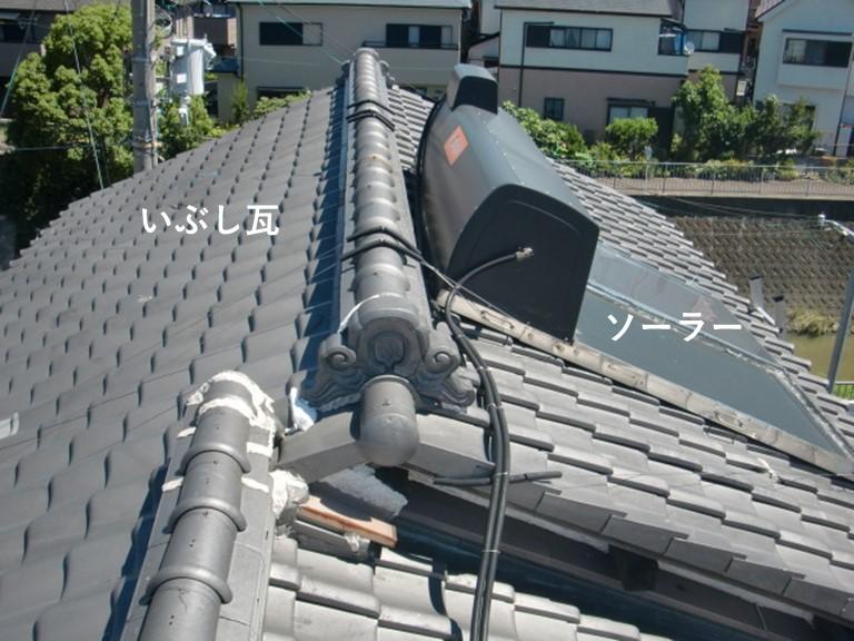 忠岡町のいぶし瓦の屋根にソーラーがのっています