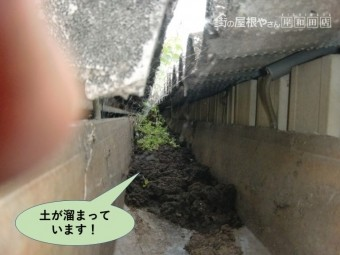岸和田市の貸しガレージの中樋に土が溜まっています