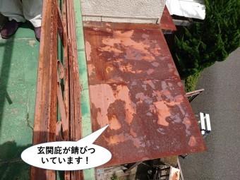 泉大津市の玄関庇が錆びついています