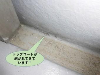 貝塚市のベランダのトップコートが剥がれてきています