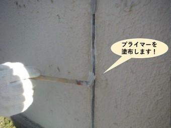 和泉市の塀のひび割れにプライマーを塗布します