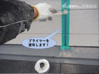 岸和田市の外壁の目地にプライマーを塗布します