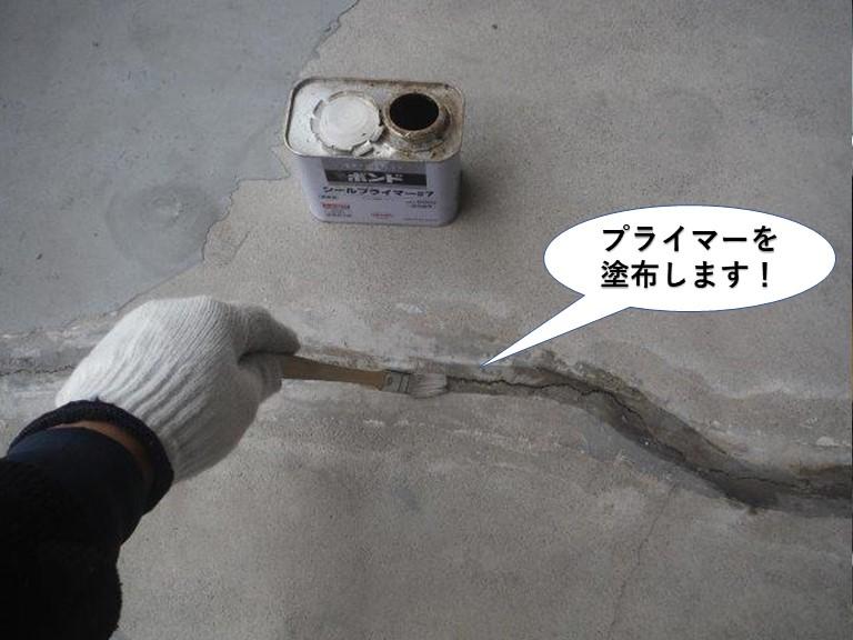 泉大津市のベランダのひび割れにプライマーを塗布します