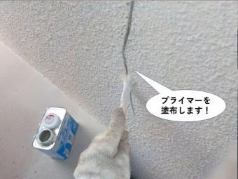 忠岡町の外壁のひび割れにプライマーを塗布します