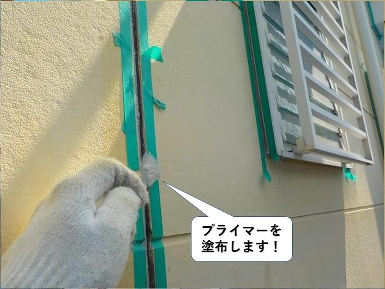 阪南市の外壁の目地にプライマーを塗布します