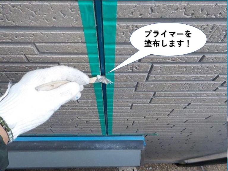 忠岡町の外壁の目地にプライマーを塗布します