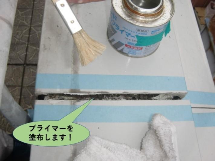 和泉市のバルコニーの笠木にプライマーを塗布します