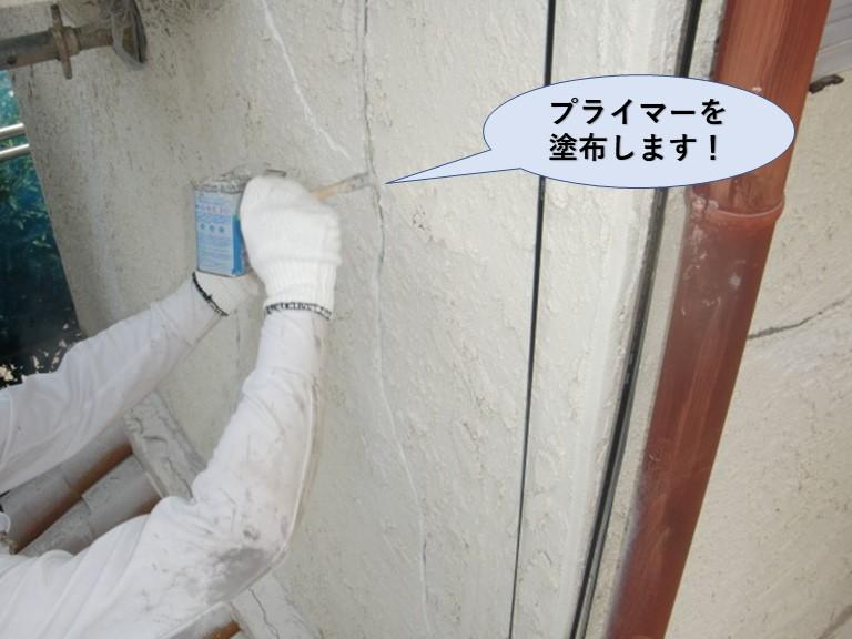 岸和田市の外壁のひび割れにプライマーを塗布します