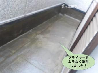 岸和田市のベルコニーにプライマーをムラなく塗布しました