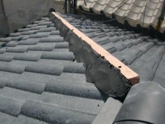岸和田市土生町で屋根の洋瓦の葺き替えと棟瓦の最終工事