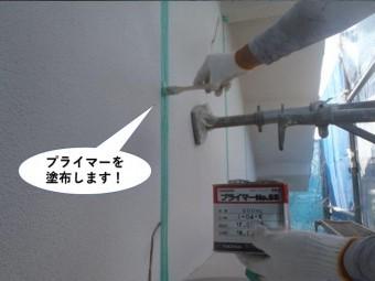 岸和田市の外壁の誘発目地にプライマー塗布