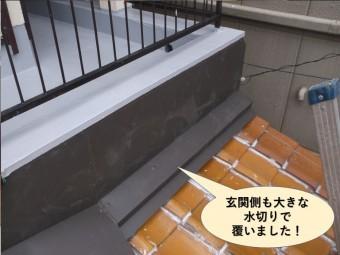 忠岡町の玄関側の屋根も大きな水切りで覆いました
